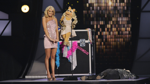 "THE 45th ANNUAL CMA AWARDS - THEATRE - ""The 45th Annual CMA Awards"" broadcast live on ABC from the Bridgestone Arena in Nashville on WEDNESDAY, NOVEMBER 9 (8:00-11:00 p.m., ET). (ABC/KATHERINE BOMBOY-THORNTON)CARRIE UNDERWOOD, MISS PIGGY, BRAD PAISLEY (ON FLOOR)"