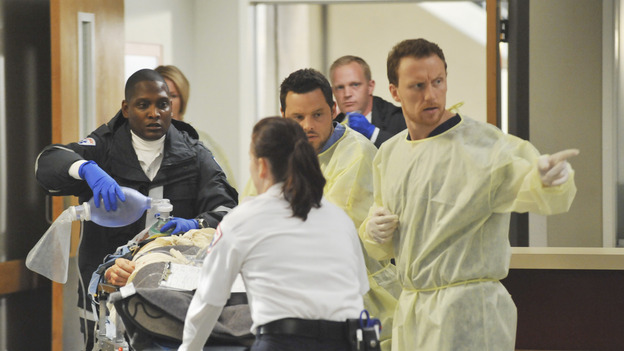 GREY'S ANATOMY - &quot;Life During Wartime&quot; - Lexie, Alex and Owen receive a new trauma, on &quot;Grey's Anatomy,&quot; THURSDAY, OCTOBER 30 (9:00-10:01 p.m., ET) on the ABC Television Network. (ABC/ERIC MCCANDLESS) CHYLER LEIGH, JUSTIN CHAMBERS, KEVIN MCKIDD