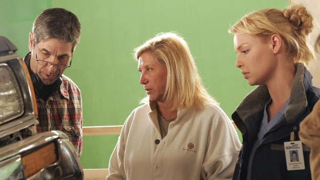 "GREY'S ANATOMY - ""Walk on Water"" - Producer/technical advisor Linda Klein (center) and producer/director Rob Corn (left) coach Katherine Heigl (right) while shooting ""Grey's Anatomy."" (ABC/VIVIAN ZINK)"
