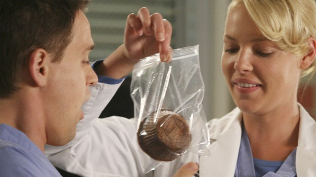 "GREY'S ANATOMY - ""Here Comes the Flood"" - Izzie gives George a muffin for good luck, on ""Grey's Anatomy,"" THURSDAY, OCTOBER 9 (9:00-10:01 p.m., ET) on the ABC Television Network. (ABC/DANNY FELD) T.R. KNIGHT, KATHERINE HEIGL, CHYLER LEIGH"