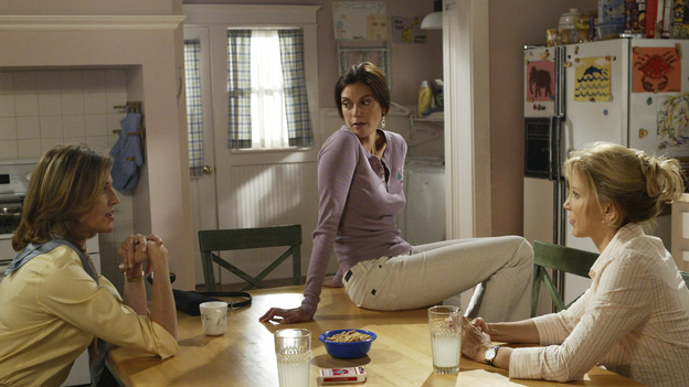 "DESPERATE HOUSEWIVES - ""PRETTY LITTLE PICTURE"" (ABC/DANNY FELD)BRENDA STRONG, TERI HATCHER, FELICITY HUFFMAN"