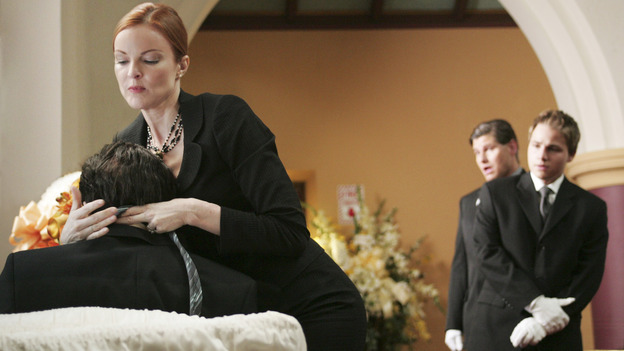 "DESPERATE HOUSEWIVES ""Next"" - Bree fixing her dead husband's tie at his funeral. - (ABC/VIVIAN ZINK) MARCIA CROSS, SHAWN PYFROM"