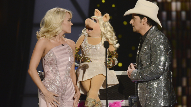 "THE 45th ANNUAL CMA AWARDS - THEATRE - ""The 45th Annual CMA Awards"" broadcast live on ABC from the Bridgestone Arena in Nashville on WEDNESDAY, NOVEMBER 9 (8:00-11:00 p.m., ET). (ABC/KATHERINE BOMBOY-THORNTON)CARRIE UNDERWOOD, MISS PIGGY, BRAD PAISLEY"