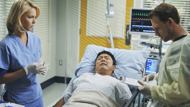 "GREY'S ANATOMY - ""Life During Wartime"" - Owen oversees Izzie treating a patient, on ""Grey's Anatomy,"" THURSDAY, OCTOBER 30 (9:00-10:01 p.m., ET) on the ABC Television Network. (ABC/ERIC MCCANDLESS) KATHERINE HEIGL, MICHAEL HAGIWARA,  KEVIN MCKIDD"