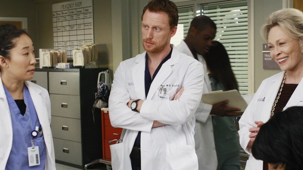 "GREY'S ANATOMY - ""An Honest Mistake"" - SGH legend Dr. Margaret Campbell trades barbs with Cristina, on ""Grey's Anatomy,"" THURSDAY, FEBRUARY 19 (9:00-10:02 p.m., ET) on the ABC Television Network. (ABC/RON TOM) SANDRA OH, KEVIN MCKIDD, FAYE DUNAWAY, SARA RAMIREZ"