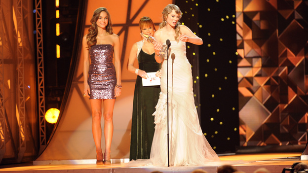 "THE 45th ANNUAL CMA AWARDS - THEATRE - ""The 45th Annual CMA Awards"" broadcast live on ABC from the Bridgestone Arena in Nashville on WEDNESDAY, NOVEMBER 9 (8:00-11:00 p.m., ET). (ABC/KATHERINE BOMBOY-THORNTON)REBA MCENTIRE, TAYLOR SWIFT"
