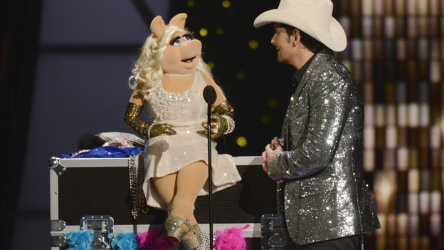 "THE 45th ANNUAL CMA AWARDS - THEATRE - ""The 45th Annual CMA Awards"" broadcast live on ABC from the Bridgestone Arena in Nashville on WEDNESDAY, NOVEMBER 9 (8:00-11:00 p.m., ET). (ABC/KATHERINE BOMBOY-THORNTON)MISS PIGGY, BRAD PAISLEY"