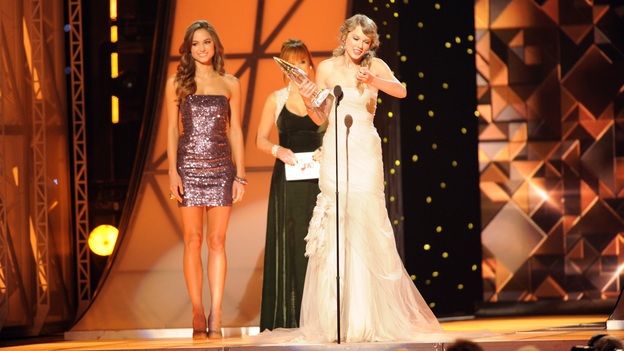 "THE 45th ANNUAL CMA AWARDS - THEATRE - ""The 45th Annual CMA Awards"" broadcast live on ABC from the Bridgestone Arena in Nashville on WEDNESDAY, NOVEMBER 9 (8:00-11:00 p.m., ET). (ABC/KATHERINE BOMBOY-THORNTON)REBA MCENTIRE (OBSCURED), TAYLOR SWIFT"