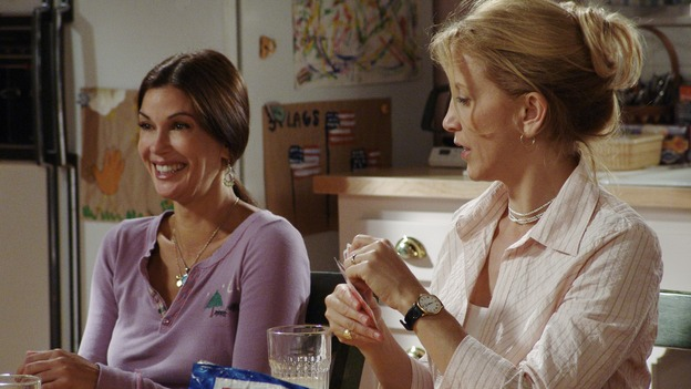 "DESPERATE HOUSEWIVES - ""PRETTY LITTLE PICTURE"" (ABC/DANNY FELD)TERI HATCHER, FELICITY HUFFMAN"