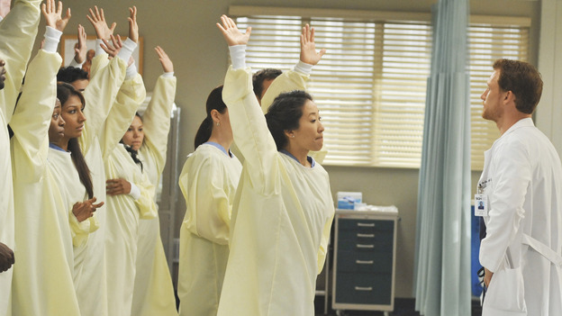 "GREY'S ANATOMY - ""Life During Wartime"" - Dr. Owen Hunt teaches an unusual lesson in trauma medicine to the doctors of Seattle Grace, on ""Grey's Anatomy,"" THURSDAY, OCTOBER 30 (9:00-10:01 p.m., ET) on the ABC Television Network."" (ABC/ERIC MCCANDLESS) CHYLER LEIGH (OBSCURED), SANDRA OH, KEVIN MCKIDD"