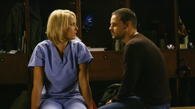 "GREY'S ANATOMY - ""Rise Up"" - Alex and Izzie talk by the lockers, on ""Grey's Anatomy,"" THURSDAY, NOVEMBER 6 (9:00-10:01 p.m., ET) on the ABC Television Network. (ABC/SCOTT GARFIELD) KATHERINE HEIGL, JUSTIN CHAMBERS"