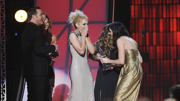 "THE 46TH ANNUAL CMA AWARDS - THEATRE - ""The 46th Annual CMA Awards"" airs live THURSDAY, NOVEMBER 1 (8:00-11:00 p.m., ET) on ABC live from the Bridgestone Arena in Nashville, Tennessee. (ABC/KATHERINE BOMBOY-THORNTON)LITTLE BIG TOWN, LISA MARIE PAISLEY (OBSCURED)"