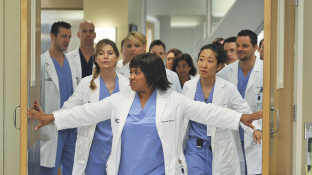 "GREY'S ANATOMY - ""There's No 'I' in Team"" - Bailey heads up a team of surgeons performing a ""domino procedure"" in which each surgery hinges on the one preceding it, on ""Grey's Anatomy,"" THURSDAY, OCTOBER 23 (9:00-10:01 p.m., ET) on the ABC Television Network.  (ABC/ERIC MCCANDLESS) ELLEN POMPEO, KATHERINE HEIGL, CHANDRA WILSON, CHYLER LEIGH (OBSCURED),  SANDRA OH, T.R. KNIGHT (OBSCURED), JUSTIN CHAMBERS"