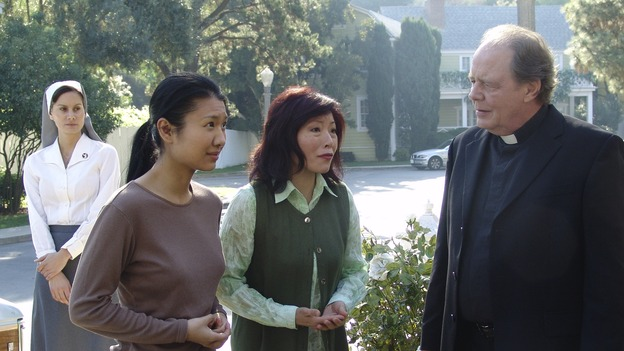 "DESPERATE HOUSEWIVES - ""Silly People"" - (ABC/DANNY FELD)GWENDOLINE YEO, ELIZABETH SUNG, JEFF DOUCETTE"