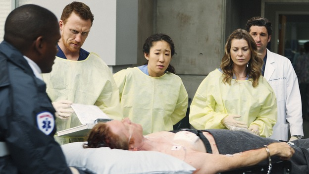 "GREY'S ANATOMY - ""Wish You Were Here"" - Owen, Cristina, Meredith and Derek receive William, their new patient, who's a serial killer on death row, on ""Grey's Anatomy,"" THURSDAY, JANUARY 8 (9:00-10:01 p.m., ET) on the ABC Television Network. (ABC/CRAIG SJODIN) KEVIN MCKIDD, SANDRA OH, ELLEN POMPEO, PATRICK DEMPSEY, ERIC STOLTZ (ON GURNEY)"