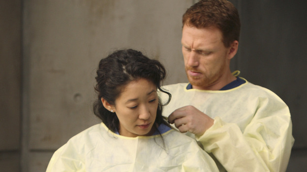"GREY'S ANATOMY - ""These Ties That Bind"" - Cristina and Owen get ready for a new trauma patient, on ""Grey's Anatomy,"" THURSDAY, NOVEMBER 13 (9:00-10:01 p.m., ET) on the ABC Television Network. (ABC/CRAIG SJODIN) SANDRA OH, KEVIN MCKIDD, SARA RAMIREZ"