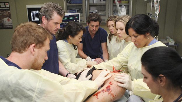 "GREY'S ANATOMY - ""These Ties That Bind"" - The team at Seattle Grace works on a new trauma patient, on ""Grey's Anatomy,"" THURSDAY, NOVEMBER 13 (9:00-10:01 p.m., ET) on the ABC Television Network. (ABC/CRAIG SJODIN) KEVIN MCKIDD, ERIC DANE, SANDRA OH, PATRICK DEMPSEY, ELLEN POMPEO, MELISSA GEORGE, SARA RAMIREZ"