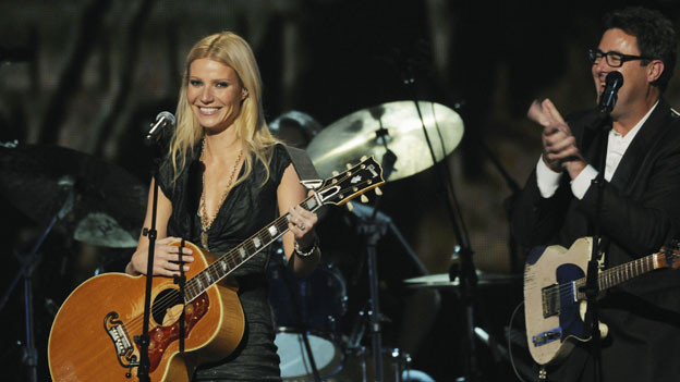 "THE 44TH ANNUAL CMA AWARDS - THEATRE - ""The 44th Annual CMA Awards"" were broadcast live from the Bridgestone Arena in Nashville, WEDNESDAY, NOVEMBER 10 (8:00-11:00 p.m., ET) on the ABC Television Network. (ABC/KATHERINE BOMBOY)GWYNETH PALTROW, VINCE GILL"