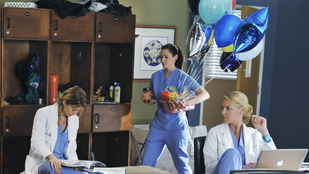 "GREY'S ANATOMY - ""There's No 'I' in Team"" - Lexie brings in balloons and treats for George to celebrate him passing his residency exam, on ""Grey's Anatomy,"" THURSDAY, OCTOBER 23 (9:00-10:01 p.m., ET) on the ABC Television Network.  (ABC/ERIC MCCANDLESS) SANDRA OH, ELLEN POMPEO, CHYLER LEIGH, KATHERINE HEIGL"