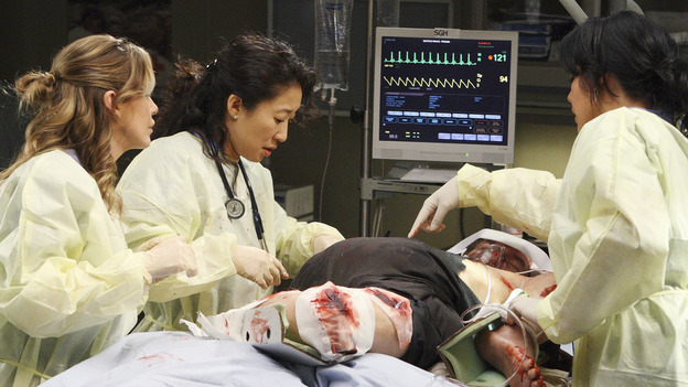 "GREY'S ANATOMY - ""These Ties That Bind"" - The team of doctors at Seattle Grace work on a new trauma patient, on ""Grey's Anatomy,"" THURSDAY, NOVEMBER 13 (9:00-10:01 p.m., ET) on the ABC Television Network. (ABC/CRAIG SJODIN) ELLEN POMPEO, SANDRA OH, ED LAUTER, SARA RAMIREZ"
