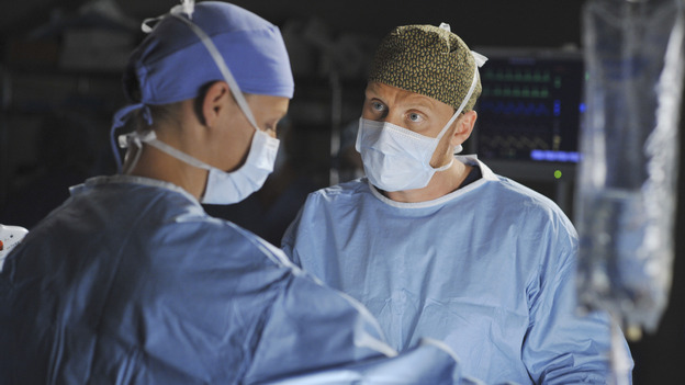"GREY'S ANATOMY - ""Life During Wartime"" - Izzie scrubs in on a surgery with Owen, on ""Grey's Anatomy,"" THURSDAY, OCTOBER 30 (9:00-10:01 p.m., ET) on the ABC Television Network. (ABC/ERIC MCCANDLESS) KATHERINE HEIGL, KEVIN MCKIDD"