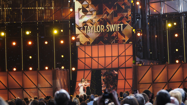 "THE 45th ANNUAL CMA AWARDS - THEATRE - ""The 45th Annual CMA Awards"" broadcast live on ABC from the Bridgestone Arena in Nashville on WEDNESDAY, NOVEMBER 9 (8:00-11:00 p.m., ET). (ABC/KATHERINE BOMBOY-THORNTON)TAYLOR SWIFT, REBA MCENTIRE"