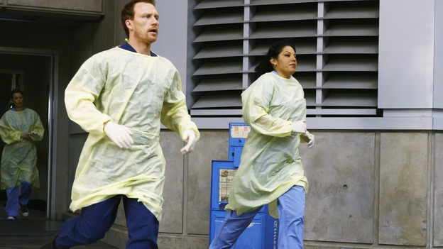 "GREY'S ANATOMY - ""Now or Never"" - Drs. Meredith Grey, Owen Hunt and Callie Torres rush to receive a new trauma, on ""Grey's Anatomy,"" THURSDAY, MAY 14 (9:00-11:00 p.m., ET) on the ABC Television Network. ELLEN POMPEO (BACKGROUND), KEVIN MCKIDD, SARA RAMIREZ"