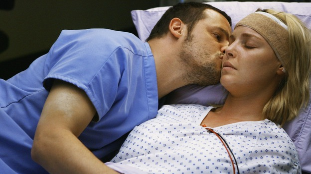 "GREY'S ANATOMY - ""Elevator Love Letter"" - Alex is there for Izzie as she wakes up from brain surgery, on ""Grey's Anatomy,"" THURSDAY, MARCH 26 (9:00-10:02 p.m., ET) on the ABC Television Network. (ABC/SCOTT GARFIELD) JUSTIN CHAMBERS, KATHERINE HEIGL"