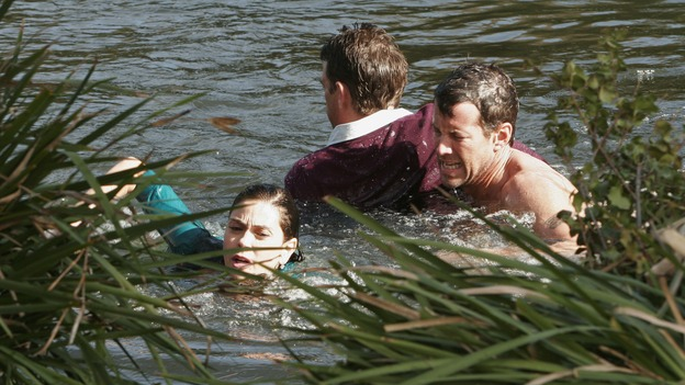 "DESPERATE HOUSEWIVES - ""Liaisons"" - Mike saves Ian and Susan from a lake, on ""Desperate Housewives,"" SUNDAY, APRIL 15 (9:00-10:01 p.m., ET) on the ABC Television Network. (ABC/RON TOM) TERI HATCHER, DOUGRAY SCOTT, JAMES DENTON"