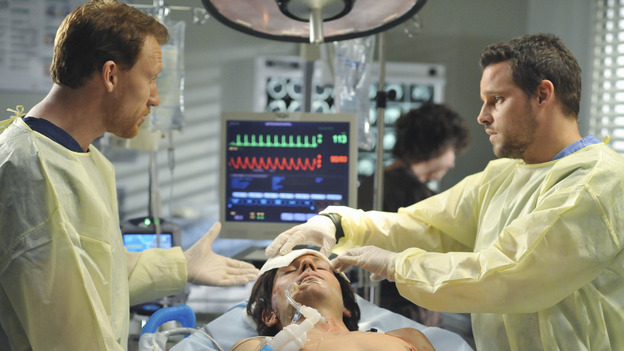 "GREY'S ANATOMY - ""Life During Wartime"" - Dr. Owen Hunt coaches Alex through handling a new trauma case, on ""Grey's Anatomy,"" THURSDAY, OCTOBER 30 (9:00-10:01 p.m., ET) on the ABC Television Network. (ABC/ERIC MCCANDLESS) KEVIN MCKIDD, JUSTIN CHAMBERS"