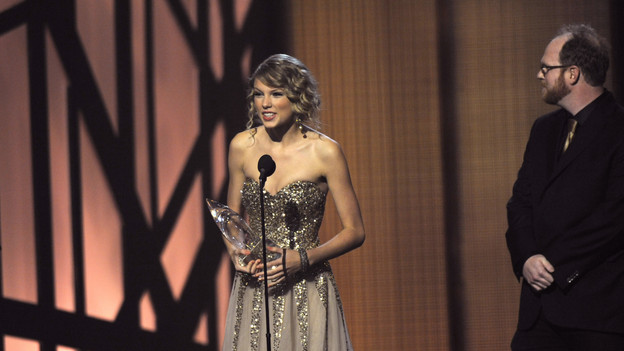 "THE 43rd ANNUAL CMA AWARDS - THEATRE - ""The 43rd Annual CMA Awards"" broadcast live from the Sommet Center in Nashville, WEDNESDAY, NOVEMBER 11 (8:00-11:00 p.m., ET) on the ABC Television Network. (ABC/KATHERINE BOMBOY)TAYLOR SWIFT, NATHAN CHAPMAN"