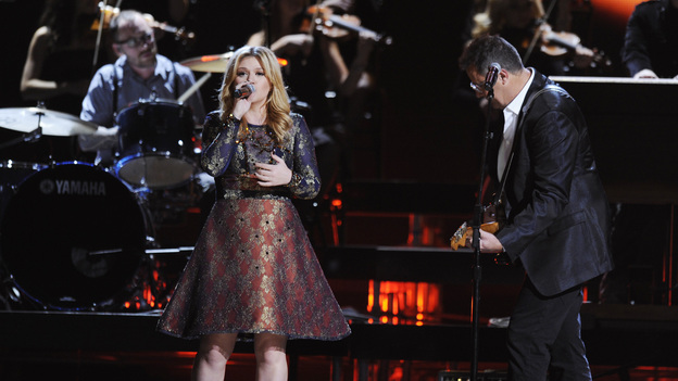 "THE 46TH ANNUAL CMA AWARDS - THEATRE - ""The 46th Annual CMA Awards"" airs live THURSDAY, NOVEMBER 1 (8:00-11:00 p.m., ET) on ABC live from the Bridgestone Arena in Nashville, Tennessee. (ABC/KATHERINE BOMBOY-THORNTON)KELLY CLARKSON, VINCE GILL"