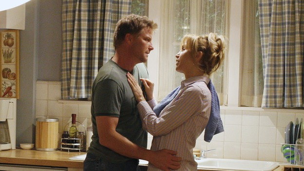 "DESPERATE HOUSEWIVES -- ""Sweetheart, I Have to Confess"" - Lynette and Tom discuss their future, on ""Desperate Housewives,"" SUNDAY, OCTOBER 29 (9:00-10:01 p.m., ET) on the ABC Television Network. (ABC/RON TOM) DOUG SAVANT, FELICITY HUFFMAN"
