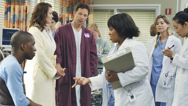"GREY'S ANATOMY - ""There's No 'I' in Team"" - Bailey heads up a team of surgeons performing a ""domino procedure"" in which each surgery hinges on the one preceding it, on ""Grey's Anatomy,"" THURSDAY, OCTOBER 23 (9:00-10:01 p.m., ET) on the ABC Television Network.  (ABC/ERIC MCCANDLESS) CARL LUMBLY, LESLIE ODOM JR., COLLEEN FLYNN, GEORGE NEWBERN, CHANDRA WILSON, ELLEN POMPEO, SANDRA OH"