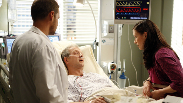 "GREY'S ANATOMY - ""Tainted Obligation"" - When Meredith and Lexie's father, Thatcher, returns to the hospital with a failed liver, it's up to Meredith to save his life. Meanwhile, Izzie empathizes with a patient riddled with tumors, as Mark, annoyed with Cristina's competitive zeal, tricks her into assisting on an unusual surgery, on ""Grey's Anatomy,"" THURSDAY, OCTOBER 8 (9:00-10:01 p.m., ET) on the ABC Television Network. (ABC/MICHAEL DESMOND)JUSTIN CHAMBERS, JEFF PERRY, CHYLER LEIGH"