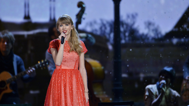 "THE 46TH ANNUAL CMA AWARDS - THEATRE - ""The 46th Annual CMA Awards"" airs live THURSDAY, NOVEMBER 1 (8:00-11:00 p.m., ET) on ABC live from the Bridgestone Arena in Nashville, Tennessee. (ABC/KATHERINE BOMBOY-THORNTON)TAYLOR SWIFT"