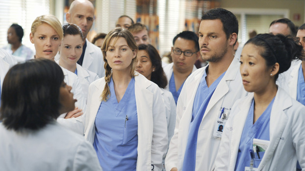 "GREY'S ANATOMY - ""There's No 'I' in Team"" - Bailey heads up a team of surgeons performing a ""domino procedure"" in which each surgery hinges on the one preceding it, on ""Grey's Anatomy,"" THURSDAY, OCTOBER 23 (9:00-10:01 p.m., ET) on the ABC Television Network.  (ABC/ERIC MCCANDLESS) CHANDRA WILSON, KATHERINE HEIGL, ELLEN POMPEO, JUSTIN CHAMBERS, SANDRA OH"