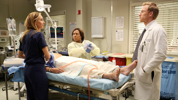 "GREY'S ANATOMY - ""Flight"" - Faced with a life threatening situation, the doctors must fight to stay alive while trying to save the lives of their peers; Bailey and Ben make a decision regarding their relationship; and Teddy is presented with a tempting offer. Meanwhile, Richard plans a special dinner for the residents, on the Season Finale of ""Grey's Anatomy,"" THURSDAY, MAY 17 (9:00-10:01 p.m., ET) on the ABC Television Network. (ABC/DANNY FELD)KIM RAVER, CHANDRA WILSON, KEVIN MCKIDD"